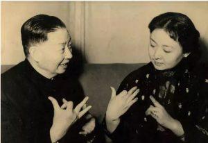 Frau CHEN Bohua und der Pekinger Opernmeister MEI Lanfang haben einen herzlichen Austausch